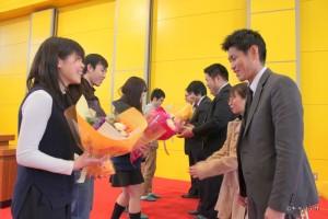 感謝の気持ちを込めて、学生から花束の贈呈です。