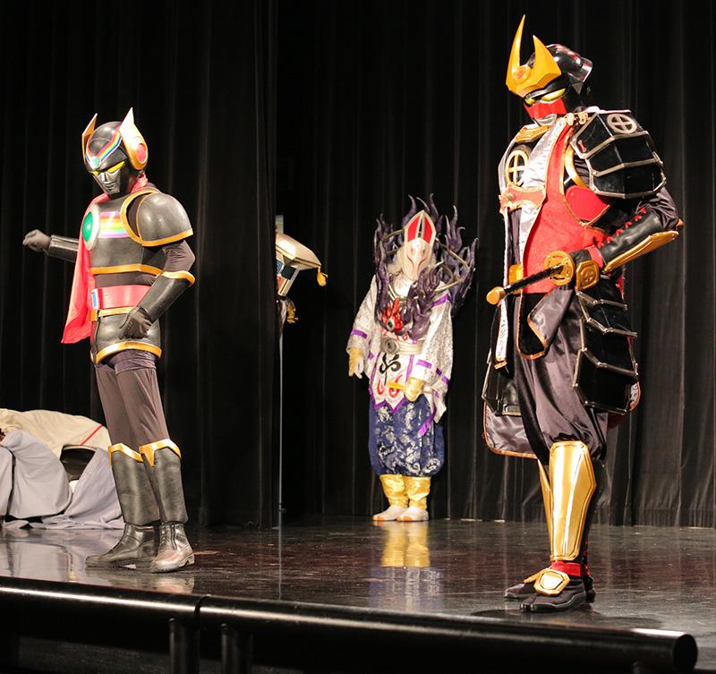 オモチャキッド(左)・ヤッセンボー様(中)・隼人(右) 袖から少し見えているのは「ガリベーン」