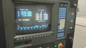 レーザー加工機にデータを入れています。