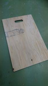 楕円の穴を糸ノコで切ると大変・・・。レーザー加工機で綺麗に切ってもらいました!